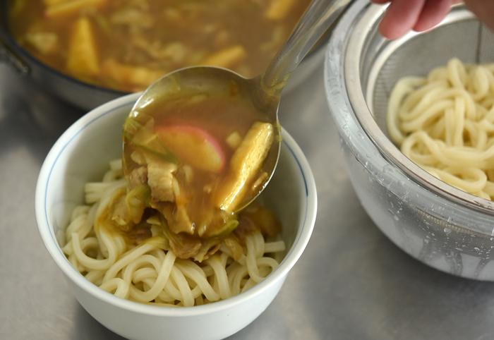 氷水で冷やした麺の上から、熱々のカレーうどんつゆをかけます。時間が経つと、うどんもつゆもぬるくなってしまうので急いで食卓へ。副菜は冷蔵庫から出すだけなので、あらかじめ盛り付けておいて正解でしたね!