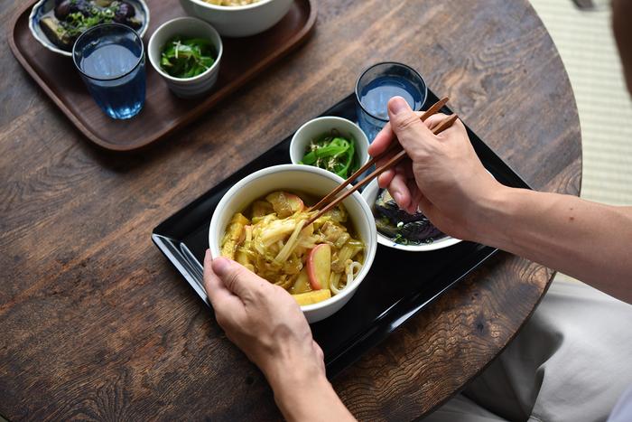 【連載】冨田ただすけさんの「旬の献立」 Vol.10-暑くても無性に食べたくなる!『カレーうどん』