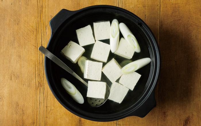 """ありそうでなかった""""つや消しブラック""""。鉄鍋のような重厚な佇まいは高級感もありますね。ブラックはブラックで、きちんと食材の色が映えるんです♪ホワイト&ブラック、あなたはどちらがお好みですか?"""