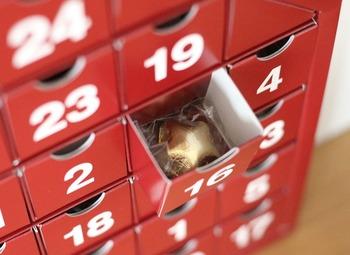 小さなお菓子やおもちゃを入れた、12月1日~24日までの数字が小窓や小箱、小袋になっており、毎朝その日のものを開けて楽しむアドベントカレンダー。12月に始まる、子供たちのお楽しみとなっています。