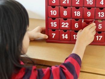 「アドベント」とはドイツ語でクリスマスまでの4週間のことさし、「キリストの降誕を待ち望みながら、キリストの誕生日であるクリスマスの準備をする期間」(=待降節)として欧米では定着しており、ここ数年日本でも娯楽として定着しつつあります。