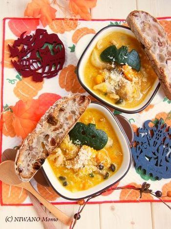 ハロウィンメニューと言えばやっぱりかぼちゃシチュー♪かぼちゃの皮で飾りつければ、気分も一層盛り上がります。パーティー料理にもおすすめ。