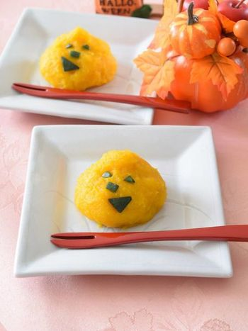 こちらはシニア向けに考えられた、美味しくて優しい味わいの素敵なかぼちゃ茶巾。アレンジすれば赤ちゃんの離乳食にも使えます。家族みんなで、ハロウィン気分を楽しみましょう♪