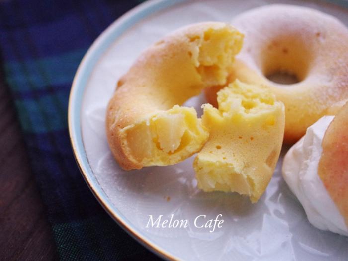 プレーンヨーグルトとフレッシュな桃を生地に混ぜ合わせた爽やかな風味のドーナツ。大人にも喜ばれそうですね。ホイップクリームと同量のプレーンヨーグルトをなめらかになるまで混ぜたオリジナルクリームを添えてどうぞ。