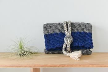 ざっくり編んだクラッチバッグは、配色と模様がポイント。普段使いにとても重宝しそうですね♪