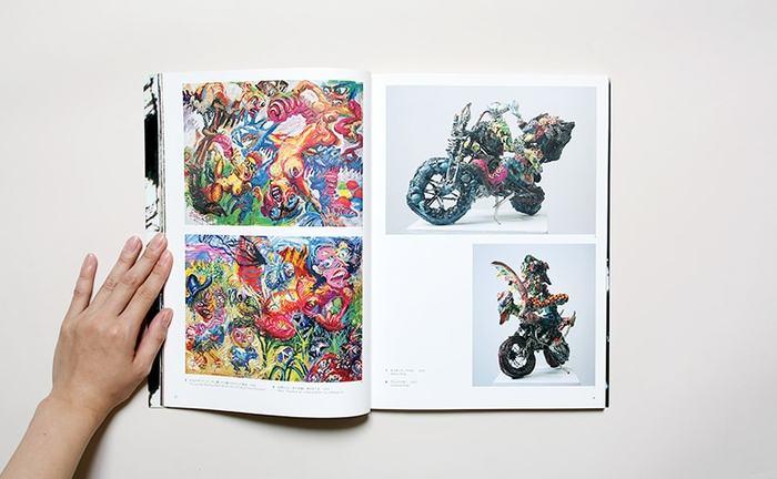 カラフルなペインティング作品や、オートバイ彫刻は廃材やダンボールを素材にするなど、エネルギッシュな篠原有司男の作品で溢れています。
