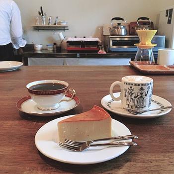 六珈のおすすめは、チーズケーキ(450円)と六珈ブレンド(450円)のコンビ。 しっとりとしたケーキの生地は、珈琲の存在をより高めてくれます。 飲み物とセットで50円引きになりますよ!