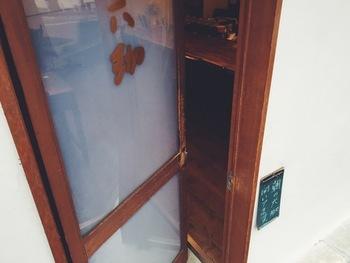 昔ながらの木枠の扉は、初めて開ける時にはドキドキするかもしれません。 松山さんが優しい声で、カウンター越しに迎えてくれます。