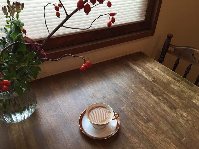 秋におすすめだというカフェオレ。 ミルクでこっくりとした口当たりに。 店内に飾られている季節の植物にも癒されます。
