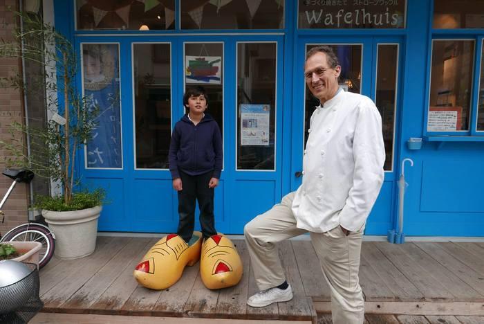 マルコさんとお子さんのツーショット。 ユニークにオランダの伝統工芸である木靴を履いて登場です。 お店や商品に登場する男の子は、こちらのご子息の小さな頃なんだとか! 確かに、今はすっかり良き少年と成長されましたね。