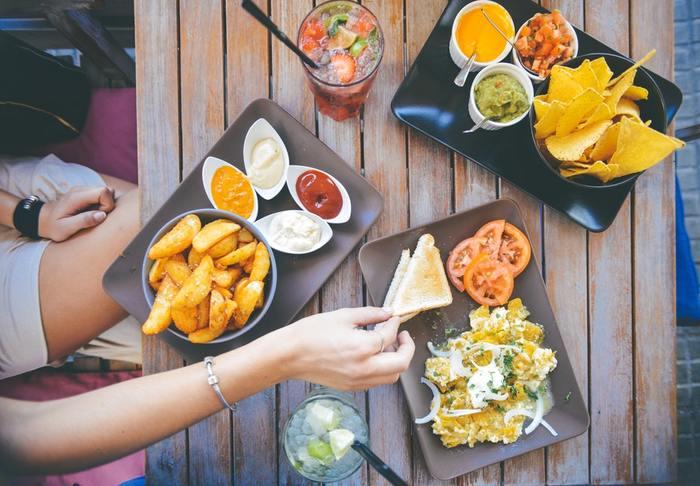 移民の国カナダでは、世界各国の料理が楽しめます。日本でもなじみのあるイタリアンやフレンチから、モンゴルやレバノン料理など食べたことのない国の料理まで、レストランやメニューの選択肢がたくさんあるんですよ。  日本でもランチタイムが午前中のモチベーションになることは多いと思いますが、カナダでのランチタイムは、カフェやレストランが大賑わい♪