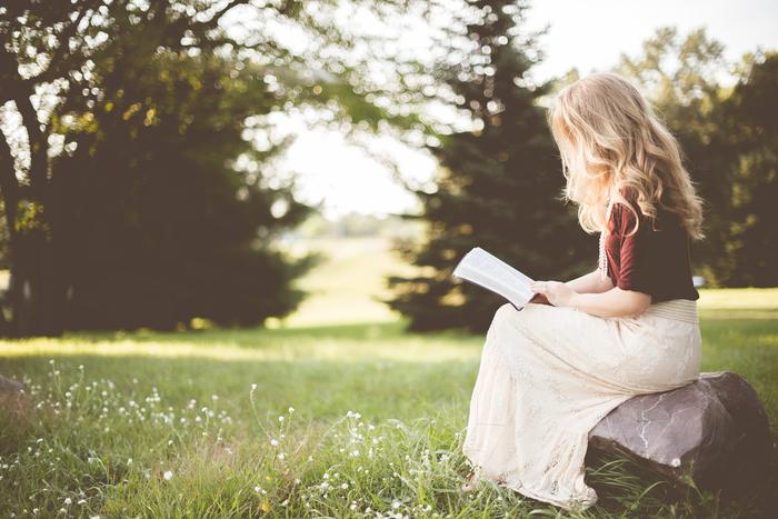 毎日仕事に追われてついストレスフルな生活を送ってはいませんか? そんな人には読書がおすすめ。