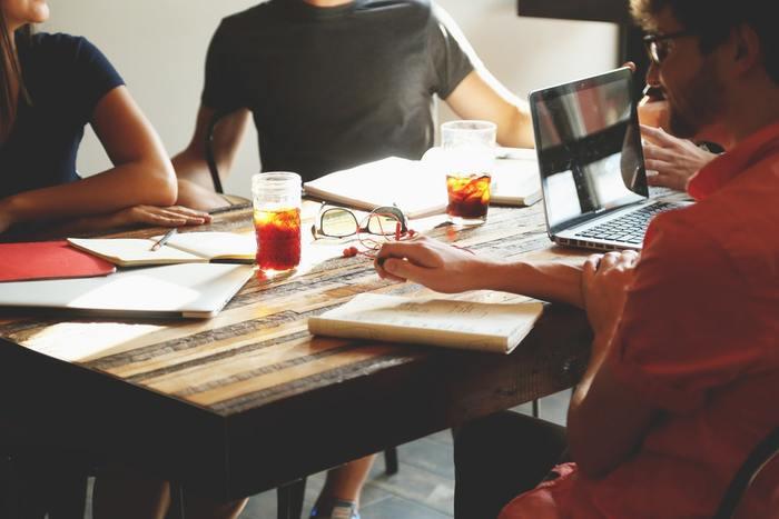 海外の定番スタイルといえば「ランチミーティング」。カフェやレストランで美味しい食事をとりながら、仕事のミーティングをします。最近は日本でもこういった習慣が増えているかも。  リラックスしたムードの中でなら、普段聞けないような意見やアイデアが交換できそうですね♪