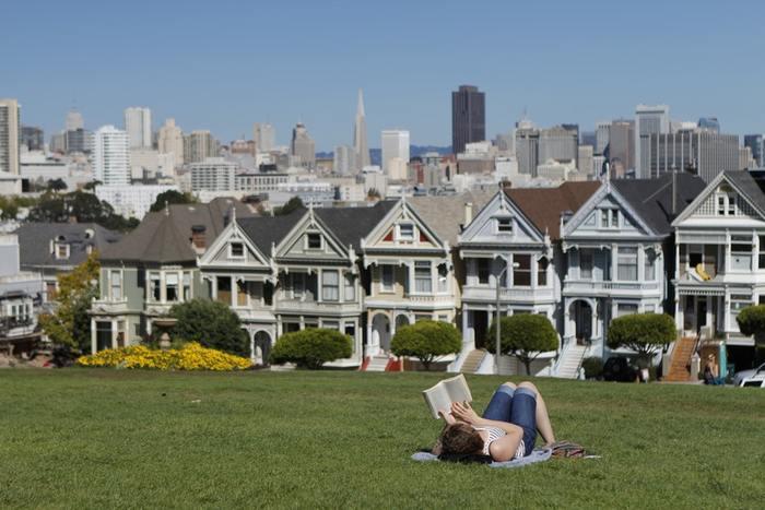 忙しかった一週間は、土日をまったり過ごしてチャージしている人も。公園の芝生や海辺でごろんと寝転がって読書をしたり、ベンチに座ってぼーっとしたり…。  予定を詰め込みすぎれば誰でも疲れてしまうもの。体調や気分に合わせて静かなひとときを作って、のんびりするのも◎