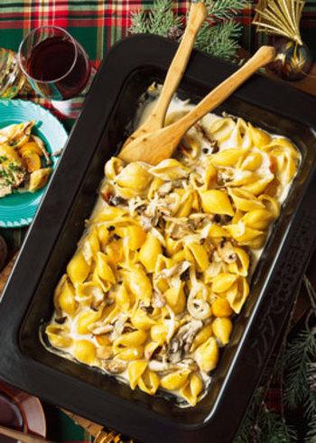 しめじやまいたけなどを焼いたものに、ショートパスタ・コンキリエ、そして季節の甘い栗を合わせ、濃厚なクリームを注いでオーブンへ。秋の味覚を贅沢に使ったパスタです。