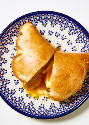 ポルチーニ茸クリームのフィリングを、お手軽パン生地で包んで。ひとつでも大満足の贅沢なカルツォーネです。