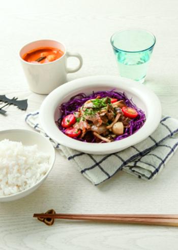 マッシュルームや豚肉を炒め、アンチョビ風味のしょうゆで味つけ。きのこの味わいにコクが加わり、おかずにもおつまみにもなる一品です。