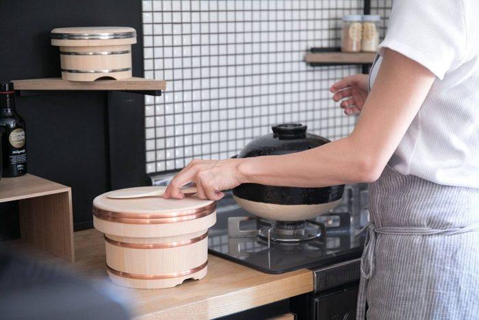 昭和23年創業の徳島県石井町の岡田製樽のおひつ。創業当時から受け継がれる職人の技で生み出されるおひつは、受注生産にこだわって作られています。炊き立てのご飯をおひつに移せば、まるで旅館のような上質な朝が迎えられますよ。