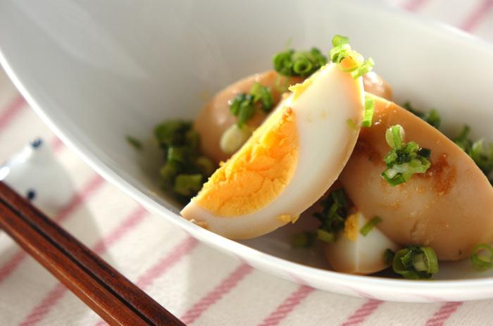 お味噌もゆで卵の味付けにぴったりの調味料です。砂糖とおろしにんにくをプラスして、風味豊かな合わせ味噌を作りましょう。ゆで卵全体に絡めて、ラップをして味を染み込ませます。前日に用意しておけば、翌日の料理が楽チンです!