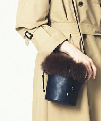 ファーをあしらったショルダーバッグは、いつもの着こなしに季節感を加えてくれるアイテム。バッグを変えるだけでOKなので、取り入れやすいですね。