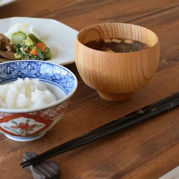 「TSUMUGI」の汁椀は、古来から受け継がれてきた毬型の美しい曲線が特徴的です。魔除けや幸せのシンボルを意味する毬型。毎日の食卓にさりげない華を添えてくれます。