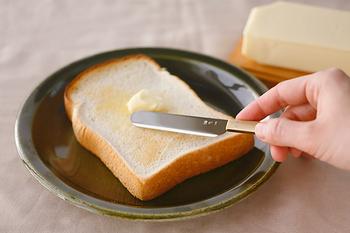 パン派の方には、ステンレスの刃を真鍮の柄で挟み込んだ東屋のバターナイフはいかがですか?程よい重量感で、スーッとバターをパンを塗る事ができるバターナイフ。こんなにも使い心地が変わるなんて・・・と使い心地の良さに驚くはずです。