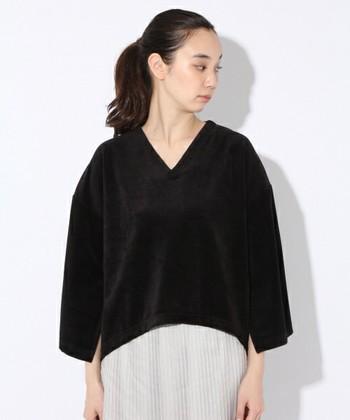 ポンチョのようにゆったりと着ることができる、ベロア素材のプルオーバーです。