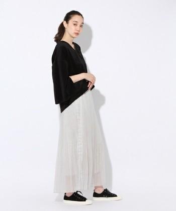 スカートと合わせても、パンツと合わせても、抜け感のある大人コーデが完成します。