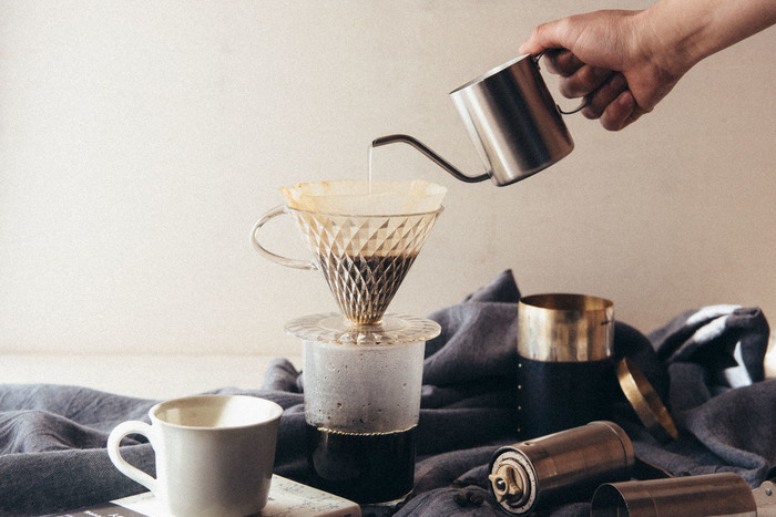 新潟の燕三条で誕生した1人用のワンドリップポット。ドリップコーヒー、インスタントコーヒーなど、サッとお湯を淹れられる使い勝手の良さが魅力です。目盛りが付いているので、水の量が調節しやすく、一定の量で注ぐ事ができます。