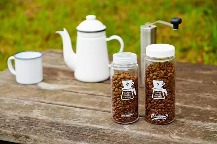挽きたての豆でコーヒーを飲みたい方には、アメリカの研究用のボトルとして開発されたナルゲンのコーヒーボトルを。オシャレなデザインでインテリア性が高く、丈夫でニオイ移りがしにくい高密度ポリプロピレンを採用しています。アウトドアでのアイテムとしても人気があり、飲み物や小さなお菓子入れとしても使えます。