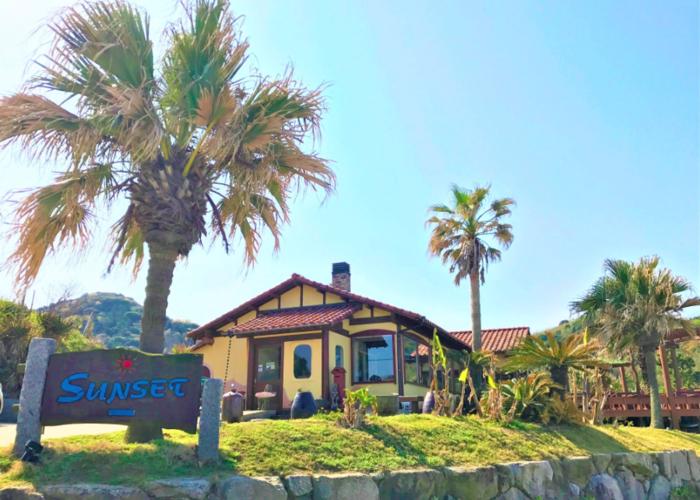 糸島のカフェ発祥の地といえばここ、「CAFÉ SUNSET」。  まだ、糸島が観光地として注目される前の1990年にオープンしています。 海沿いにあるので、波の音を聞きながら美味しいご飯を楽しめます。