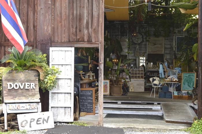 外観から内装まで全てに圧倒される、アートと雑貨のお店「DOVER」。  「DOVER」は倉庫を改装して作られたお店で、天井からは日光が降り注ぐ素敵な空間です。 店内には珍しい雑貨や、店主が作ったアート・レザーの作品とともに、アート作品が並んでいます。