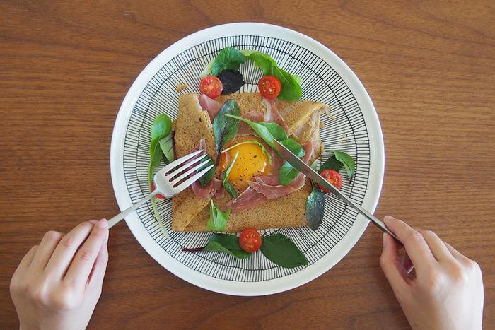 まずは最初にそろえたいのが、シンプルなお食事用のカトラリー。ガレットやハンバーグ、イタリアンからフレンチまで、幅広いお料理に活用できます。クチポールは、1920年代にポルトガルで設立されたカトラリー専門のメーカー。デザイン性が高く、オリジナリティあふれるカトラリーを、職人さんがひとつずつ丁寧に手作りしています。