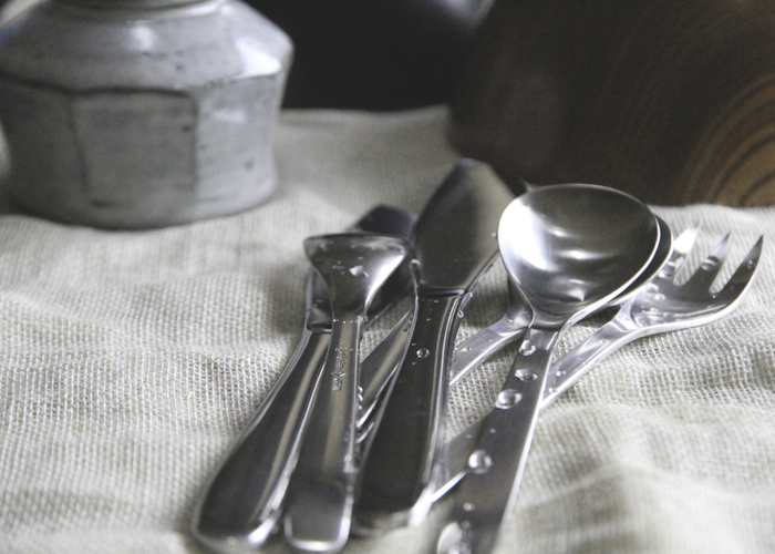 柳宗理氏のステンレスカトラリーは、機能性を重視したシンプルなデザインが魅力。スープスプーンは楕円形の丸いフォルムで、スープをすくいやすいカタチをしています。なめらかな曲線を描いていますので、スープのまろやかな食感を損なわず、美味しくいただけますよ♪