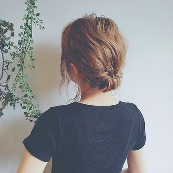 すごく手が込んで見えるヘアアレンジスタイル。実はくるりんぱをしているだけ。自分の額の形や髪のボリューム、長さなどに合わせてくるりんぱの分量を調節してみてください。