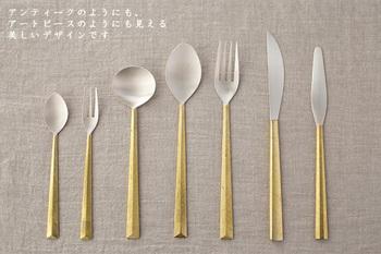 「フタガミ」は、明治時代から富山県で鋳物業を営んでいる「株式会社二上」と、デザイナー「大治将典」氏が共同で手がけるブランドです。フタガミの「鋳肌カトラリー」のハンドルには、鉛を使わない真鍮が用いられています。口に触れる部分には銀が使われていて、使えば使うほど味わいが増します。