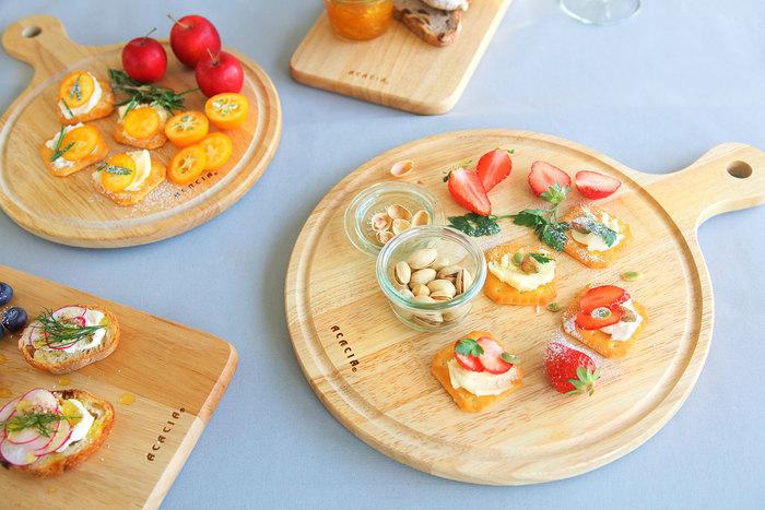 ACACIA(アカシア)のカッティングボードは、周りに溝があるので少し汁気のある料理でも安心。ナチュラルカラーの木製は、食材の色を綺麗に見せてくれてくれます。