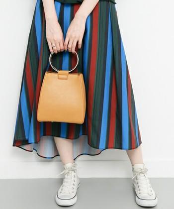 秋らしい多色スカートも、トーンを揃えたマスタードなら統一感をもたせながらもアクセントに。発色がよく、手元がパッと明るくみえておしゃれな印象です。