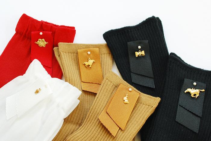小さなパールビーズとリボンが付いたソックス。馬や花などの小さなモチーフパーツも付いていて、プレゼントにも喜ばれそう。
