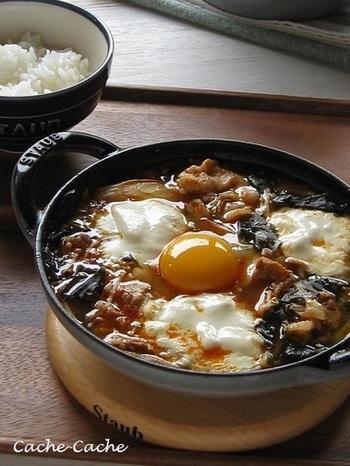 おぼろ豆腐と豚バラ肉を入れて、ぐつぐつ煮込んだチゲは、体の中からぽかぽかに。ワカメの風味がコチュジャンとよく合います。