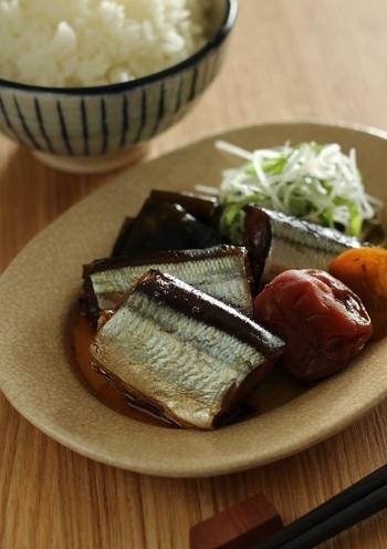 ふっくらと炊いた秋刀魚の梅煮はほっとする美味しさ。少ない煮汁で落し蓋をして味を染み込ませて。