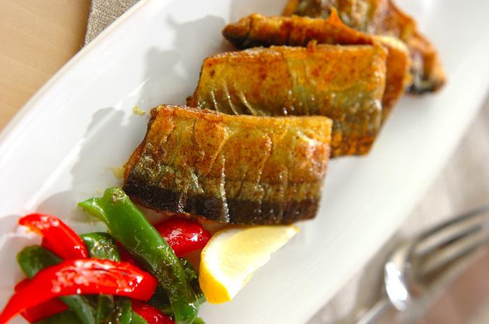 ちょっと癖のある秋刀魚はカレー風味が良く合います。鮮やかな黄色と香りで子供も喜ぶお魚料理に。