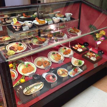 店頭には……そうそう、サンプルが♪ 洋食屋さんらしいメニューに並んで、丼物やお味噌汁らしき器も。
