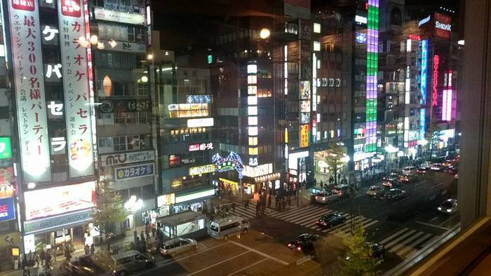 ビルの5階ということは、眺望もご覧の通り楽しめます。せわしない新宿を眺めながら、いただく変わらぬ味に、ちょっと思いを馳せたり。