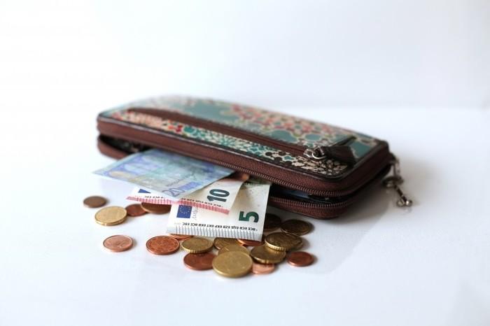 いつも使っているお財布、古いレシートや使わないポイントカードでパンパンになっていませんか?汚れが付いていたり、型崩れはしていませんか?貯め上手さんは、お金だけでなくお財布のコンディションにも気を使っています。