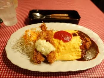 エビフライとオムライスが一皿にのって、夢のよう。オムライスには、ちゃんとトマトソースとデミグラスソースが。こういうところも、人気の秘密なんですね。