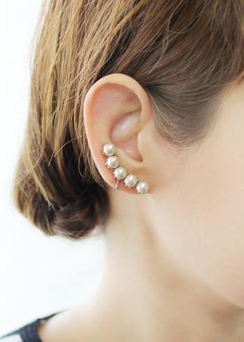 シルバーの真鍮に縁取られた艶やかなコットンパールのイヤークリップ。耳のラインに沿うように並ぶパールが、とても愛らしいです。襟元に付けて使うことも出来ますよ。