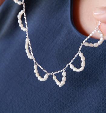 フリルのように小さな淡水パールが連なるネックレス。ロングチェーンにちょこんとパールが輝いて、淡く優しい控えめな甘さが魅力的です。