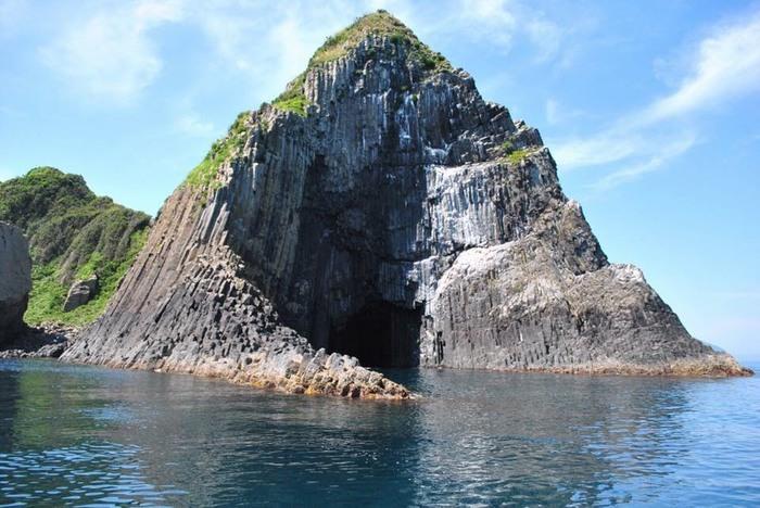 会場の近くには、九州でも有名なパワースポットの「芥屋の大門」があります。 日本三大玄武洞の一つで、名勝奇岩としても有名な場所です。  大自然が造り出したアートは絶景なので、ぜひ足を運んでみてはいかがでしょうか? 遊覧船も人気です!(事前予約可)