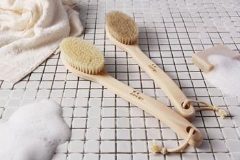 大正3年創業の「かなや刷子(ブラシ)」の天然ボディケアブラシ。泡立ちが良く肌に優しいブラシで、1日の汚れをスッキリと洗い流しましょう。